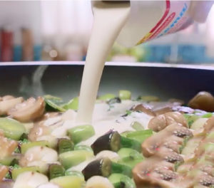 Después.... Agregá la mostaza que te sobró y ponele laCrema Ideal para Cocinar La Serenísima, formando una mezcla que vas a usar en breve.
