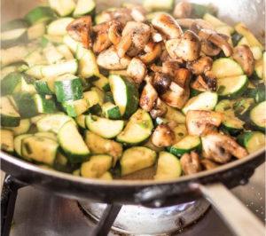 Después... Salteá en una sartén con aceite  caliente los zapallitos, la cebolla y el ajo.  Incorporá los huevos con la Crema Liviana  La Serenisima  y sumale nuez moscada y pimienta. Agregá el salteado de zapallitos y  queso port salud light a gusto.