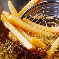 Así se hace: Cocinar al horno o freir. Ponerlas sobre una fuente apta para horno. Salpimentar las papas, cubrir con el queso cheddar y gratinar. Servir las papas gratinadas con un huevo frito y la panceta crocante.